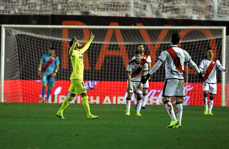 El delantero italiano del Villarreal, Nicola Sansone (i), celebra el segundo gol del equipo castellonense durante el encuentro correspondiente a la jornada 12 de primera división que disputaron frente al Rayo Vallecano en el estadio de Vallecas. EFE