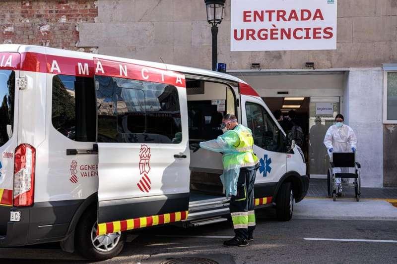 Un sanitarios con equipo de protección especial para evitar contagios de coronavirus traslada a un paciente de una ambulancia a urgencias del Hospital Clínico de València, en una imagen de esta semana. EFE/ Biel Aliño