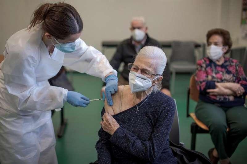 Imagen de archivo de una anciana recibiendo la primera dosis de la vacuna contra el coronavirus en València. EFE/Biel Aliño