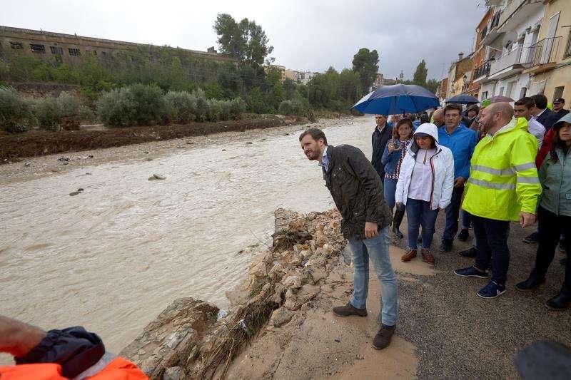 El presidente del PP, Pablo Casado (i); la presidenta del PP de la Comunidad Valenciana, Isabel Bonig (c); y el alcalde de Ontinyent, Jorge Rodríguez (2d), durante la visita Ontinyent tras el paso de la gota fría que desbordó el río Clariano. EFE/ Natxo Frances