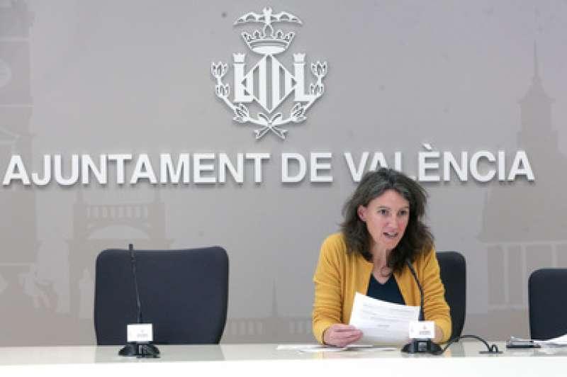 La portaveu municipal Maria Oliver presentant els punts aprovats a la Junta de Govern Local.