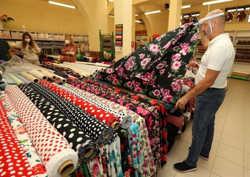 Algunos comercios han empezado a abrir estos días en toda España. EFE