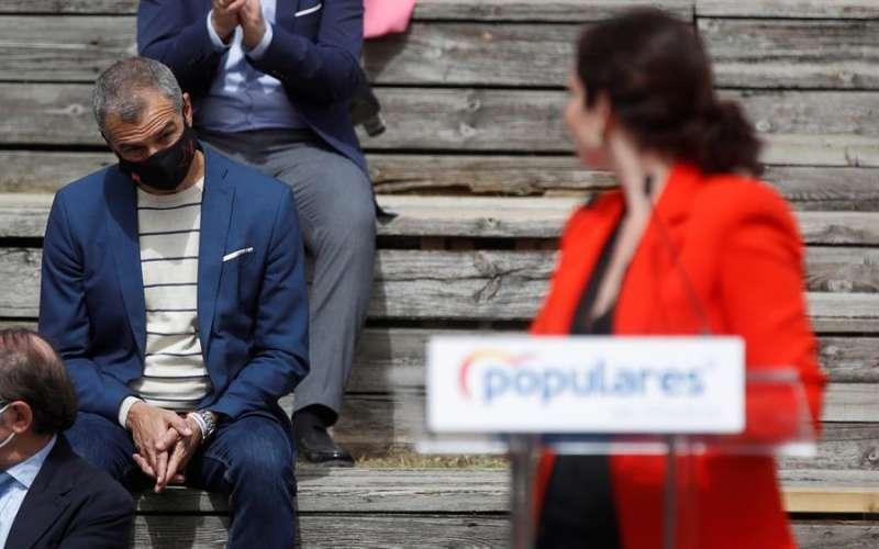 La presidenta de la Comunidad de Madrid y candidata a la reelección, Isabel Díaz Ayuso (d), y Toni Cantó. EFE/ Juan Carlos Hidalgo/Archivo