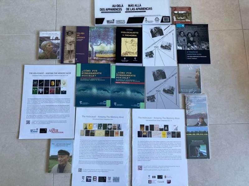 Libros donados por la Escuela Internacional para el Estudio del Holocausto de Yad Vashem de Jerusalem (Israel).