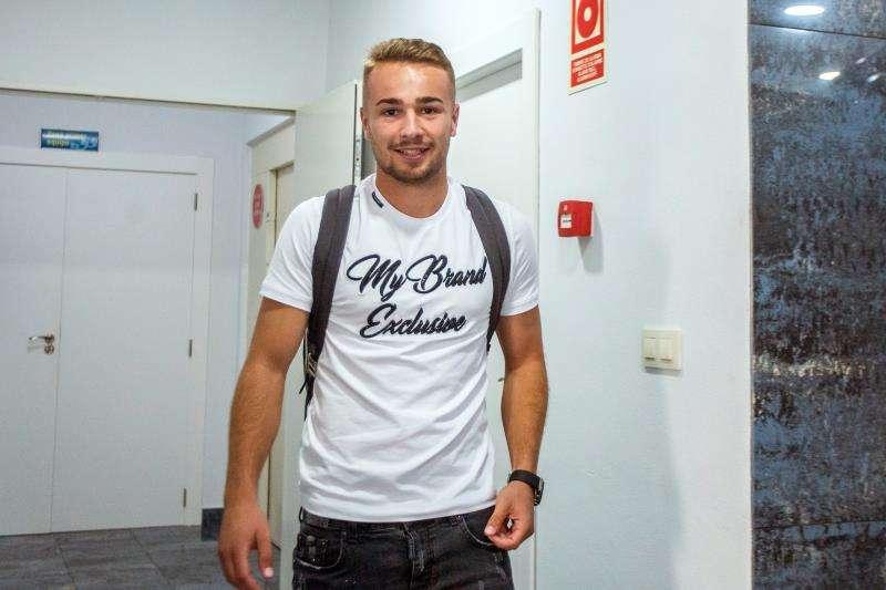 El hasta ahora centrocampista del CD Málaga Javier Ontiveros sonríe en las instalaciones de la Ciudad Deportiva del Villarreal CF. EFE