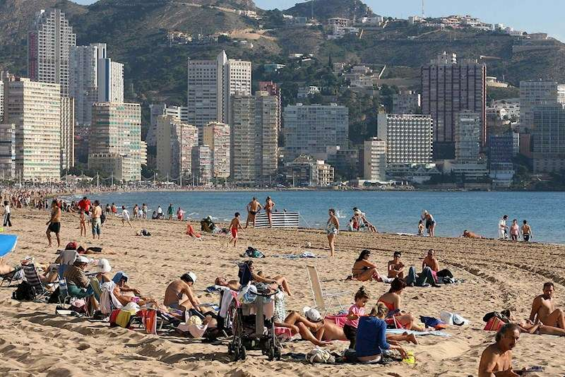 Centenares de turistas disfrutan de temperaturas suaves en la playa de Levante, en Benidorm. EFE