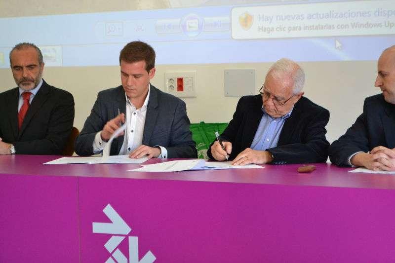 El presidente del Consorcio C3/V1 (Palancia Belcaire), Francisco Salt, y el presidente de COR, Roger Cerdà en el momento de la firma