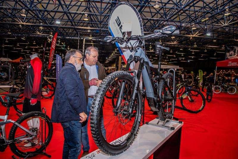 Dos personas contemplan una bicicleta en una imagen facilitada por la organización. EFE