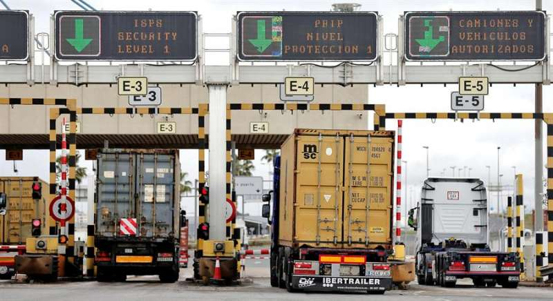 Varios camiones entran en el puerto de València. EFE/Manuel Bruque