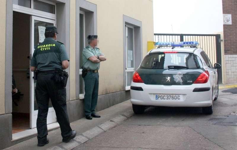 Dos agentes de la Guardia Civil en una intervención.