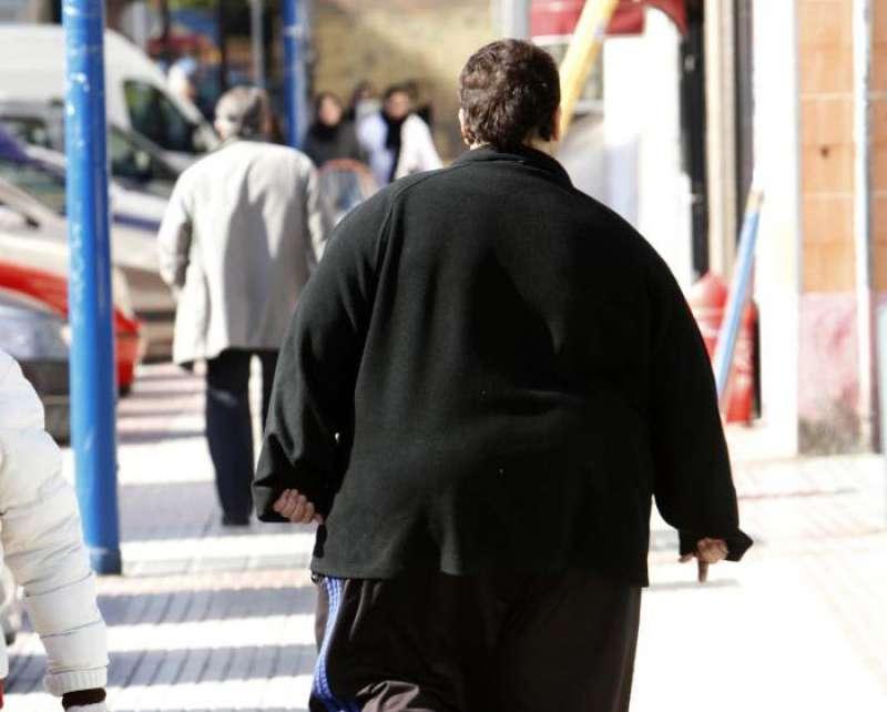 Un hombre con sobrepeso camina por una calle. EFE/Archivo