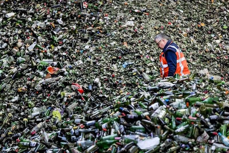Una montaña de botellas esperan para ser procesadas en una planta de reciclado de vidrio. EFE/Archivo