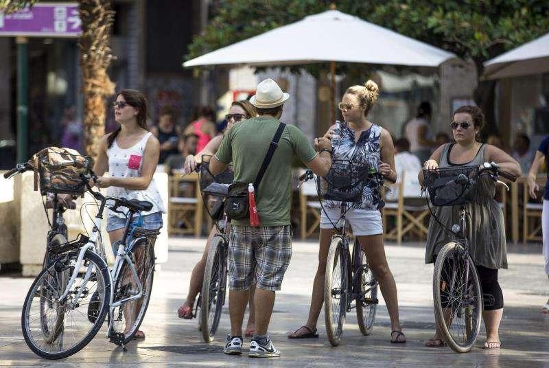 Cuatro turistas participan en un tour en bicicleta por el centro histórico de València.EFE/Archivo