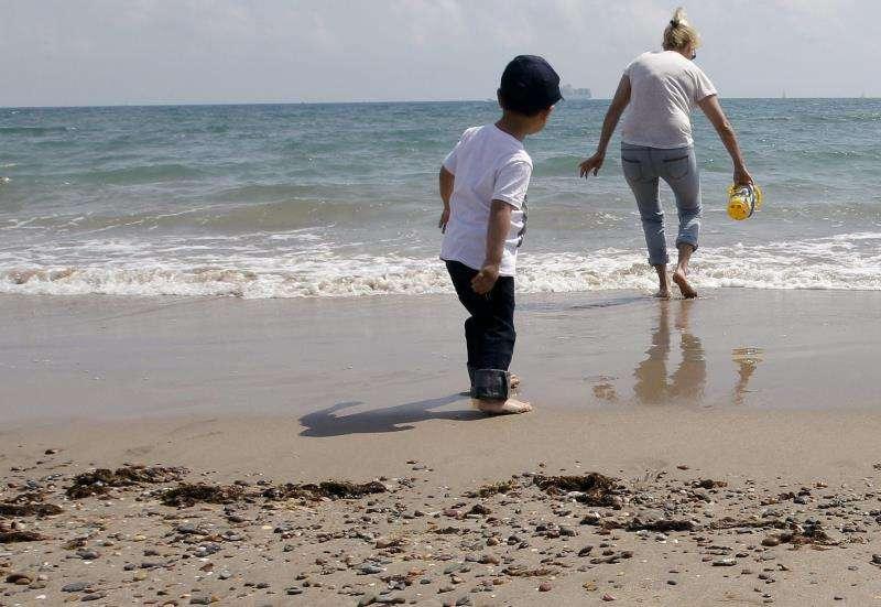 Dos personas en la playa de Pinedo. EFE/Archivo