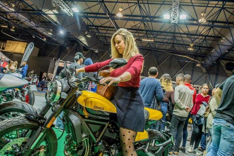 Una mujer prueba una moto en la Feria 2Ruedas en una imagen de la organización. EPDA