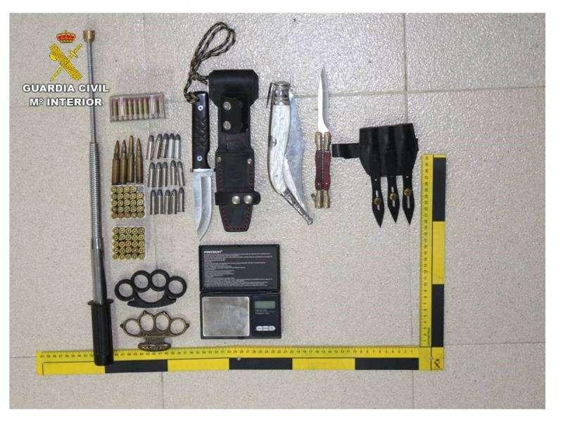 Armas blancas y munición intervenida en un domicilio de Alcoy a un hombre detenido por un robo con violencia e intimidación cometido en abril en Redován (Alicante). EFE/Guardia Civil