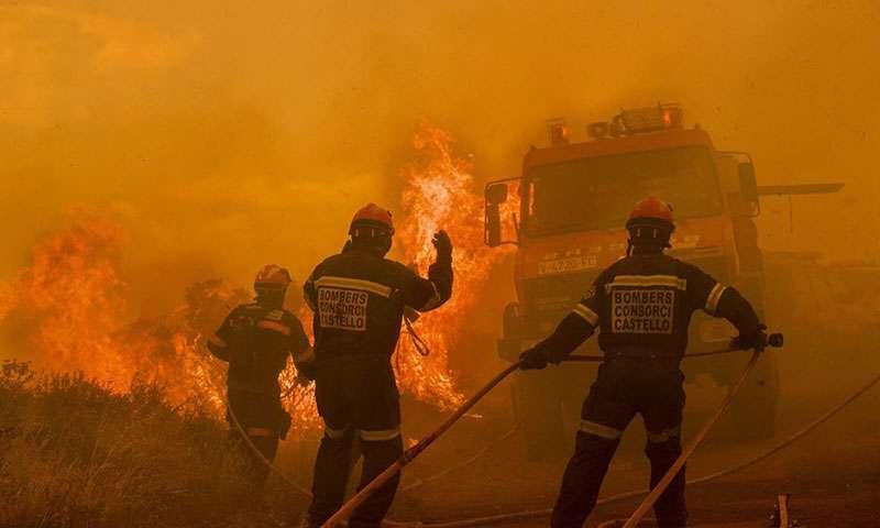 Los bomberos de Castellón se encuentran entre los que luchan contra el incendio. (Foto Diputación de Castellón)