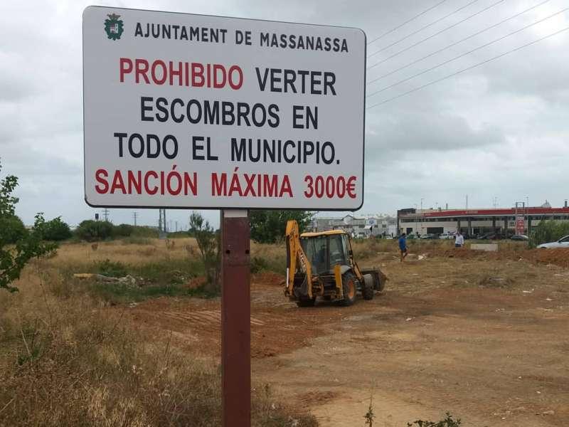 Operarios limpian uno de los vertederos en Massanassa.EPDA