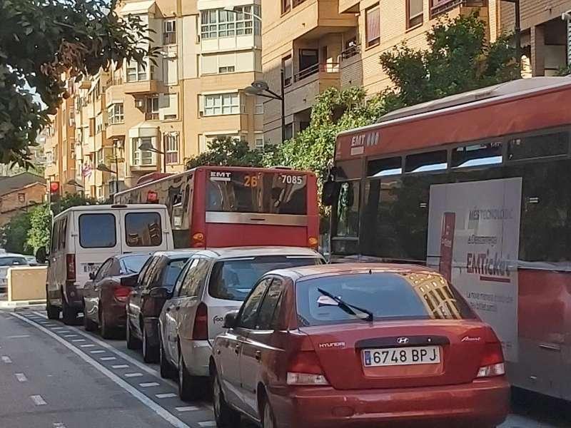 Dos autobuses de la EMT no pueden pasar.