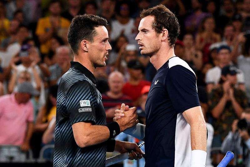 El tenista británico Andy Murray (D) felicita al español Roberto Bautista tras vencerle por 6-4, 6-4, 6-7 (5), 6-7(4) y 6-2 en su partido de la primera ronda del Abierto de Australia disputado en Melbourne, hoy, 14 de enero de 2019. EFE