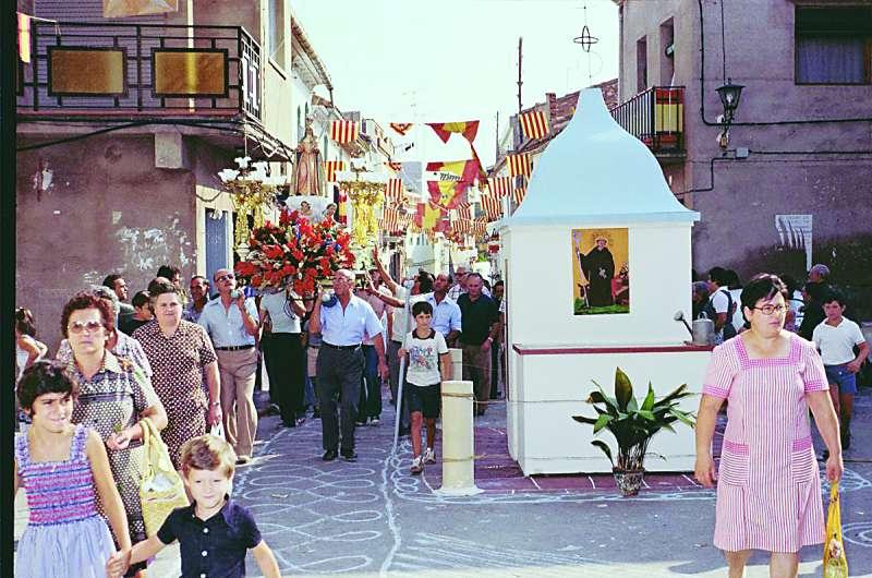 Un carrer del poble engalanat fa anys. EPDA