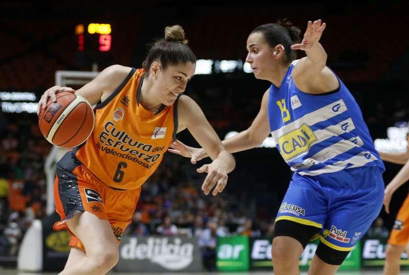 La jugadora del Vaencia Basket Irene Gari durante un lance de juego. EPDA