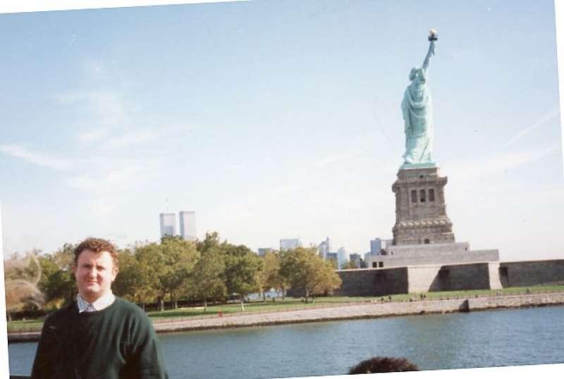 Murgui canta a la libertad de la estatua. FOTO EPDA
