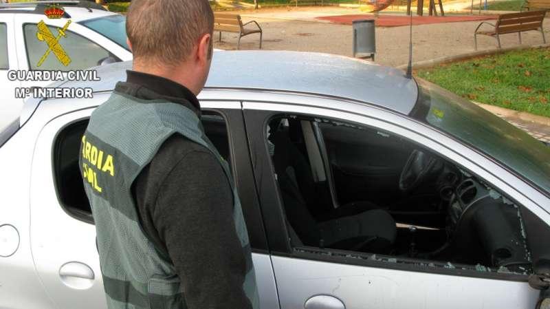 Un agente ante uno de los vehículos dañados. EPDA