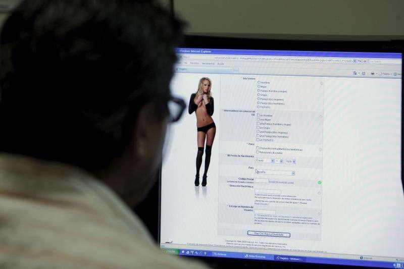 Imagen de archivo de un hombre viendo una página web de contenido sexual. EFE/Archivo