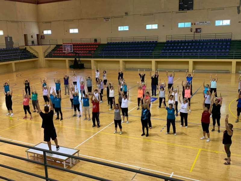 Personas entrenando en el polideportivo de Riba-roja. EPDA.
