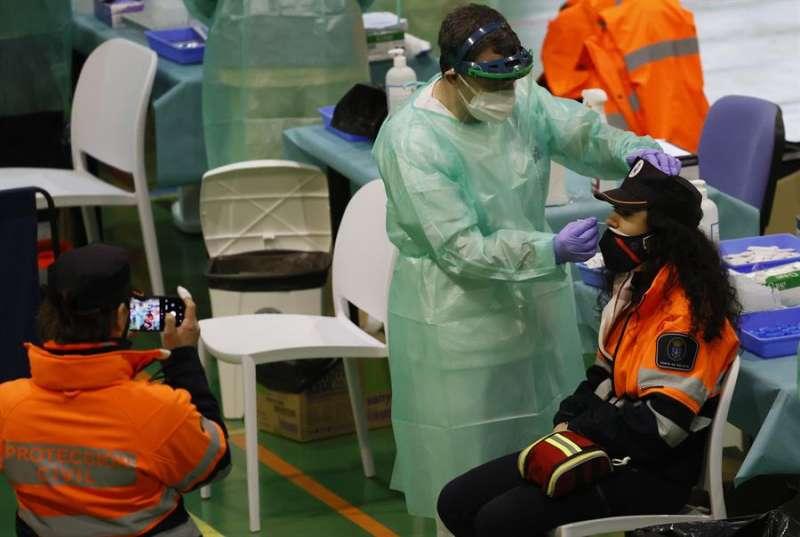 Una agente de Protecci�n Civil se somete a una prueba PCR. EFE/Lavandeira jr/Archivo