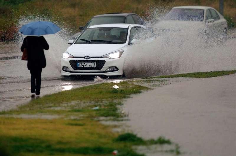 Una persona se protege de la intensa lluvia que cae sobre València por los efectos de la borrasca Gloria. EFE/ Kai Försterling