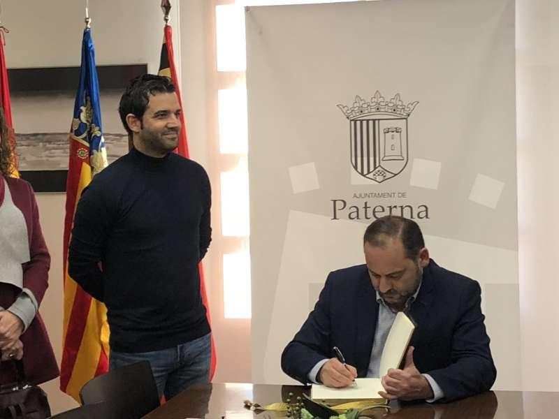 Firma de Ábalos en el libro de oro en Paterna.