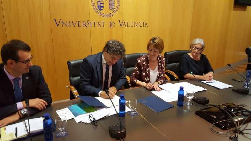 El secretario autonómico de Turisme Comunitat Valenciana, Francesc Colomer, en la firma del convenio