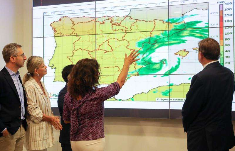 El president de la Generalitat, Ximo Puig (d), en la imagen junto a Arcadia España (i) y Gabriela Bravo (2i), ha mantenido este miércoles una reunión para analizar el dispositivo de coordinación de emergencias ante la previsión de temporal en la Comunitat Valenciana. / EFE