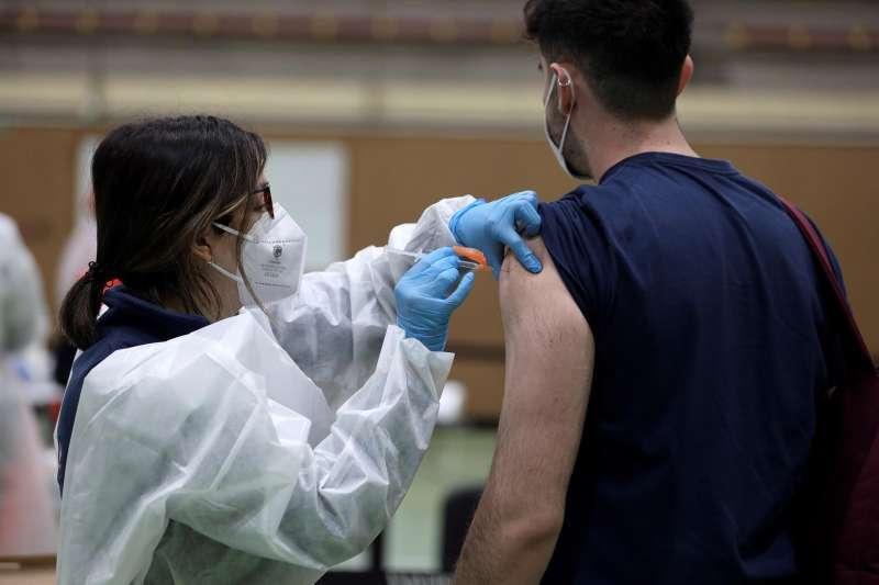 La vacuna está llegando ya a los jóvenes