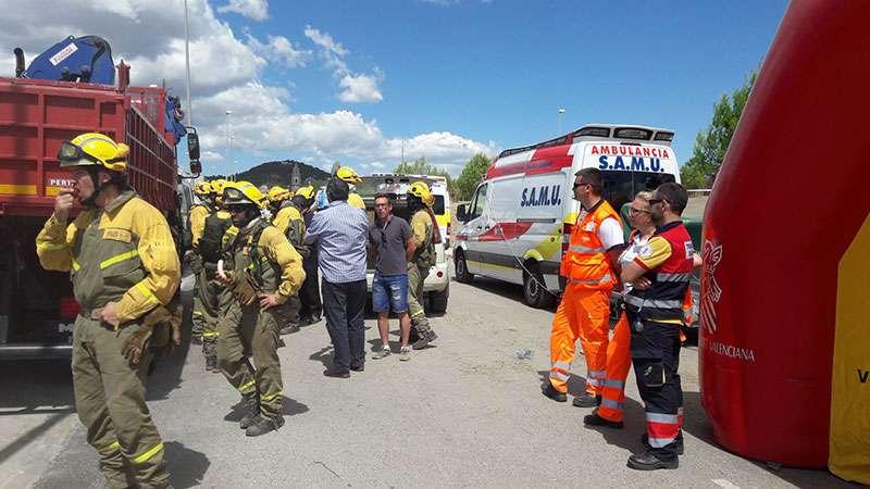 Los bomberos reponen fuerzas. EPDA.