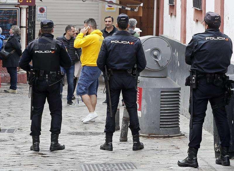 Varios agentes patrullan por una calle en una imagen de archivo. EFE/Archivo