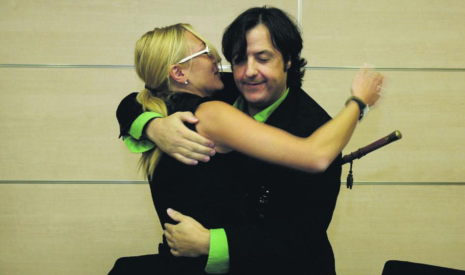 Natividad García se abraza a otro tránsfuga cuando ganó la moción de censura en La Pobla. FOTO MARÍN