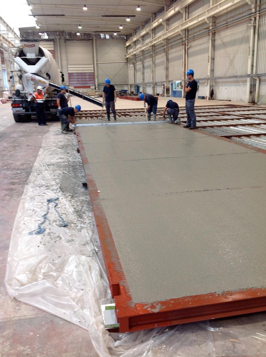 Varios operarios trabajando en el cemento. FOTO EPDA