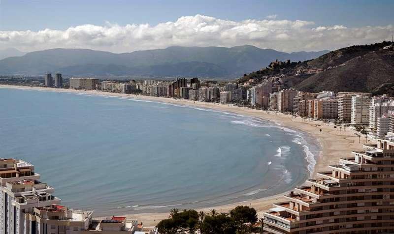 Vista de una desierta playa de la turística localidad valenciana de Cullera, a principios de abril. EFE