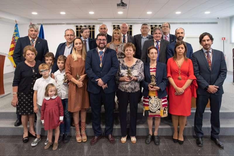 Foto oficial de la Corporación con los premiados. EPDA