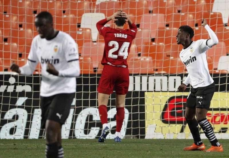 El centrocampista del Osasuna Lucas Torró lamenta el gol del Valencia durante el partido. EFE