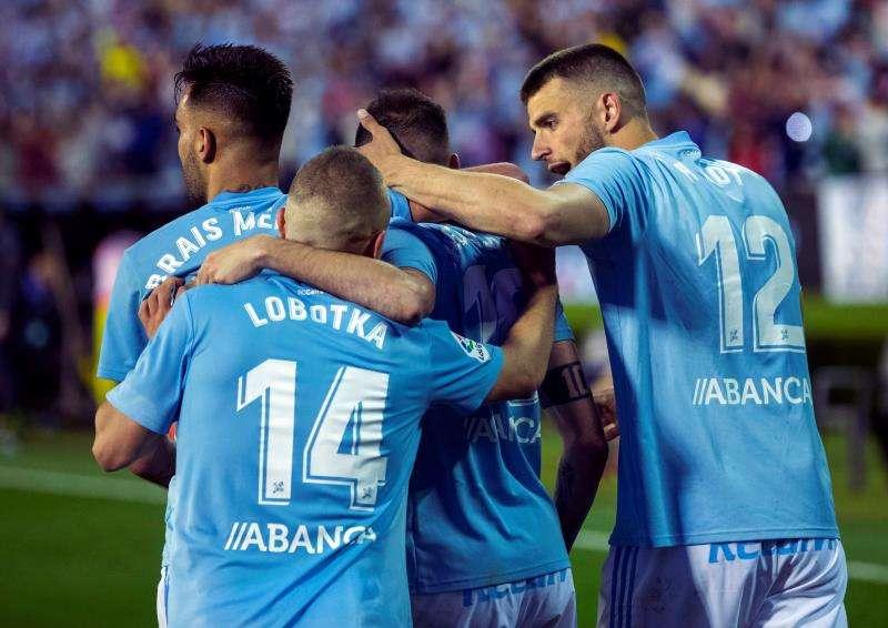 Jugadores del Celta felicitan a Iago Aspas (2-d) tras marcar el gol de la victoria ante el Villarreal, durante el partido de Liga en Primera División disputado en el estadio de Balaídos, en Vigo. EFE
