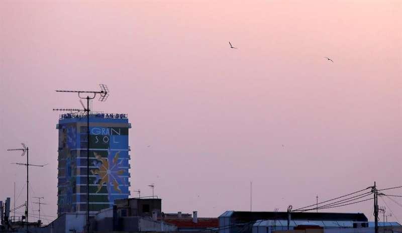Imagen de archivo del cielo de Alicante amaneciendo rojizo con la llegada de polvo en suspensión. EFE