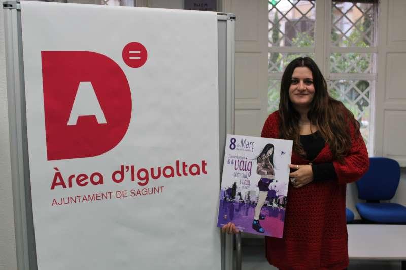 La concejala de Igualdad, María Giménez, con el cartel del programa. EPDA