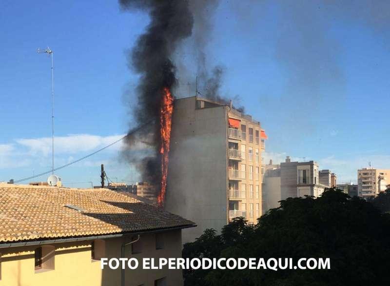 Edificio junto a la Falla Na Jordana de Valencia, hoy en llamas. FOTO ELPERIODICODEAQUI.COM