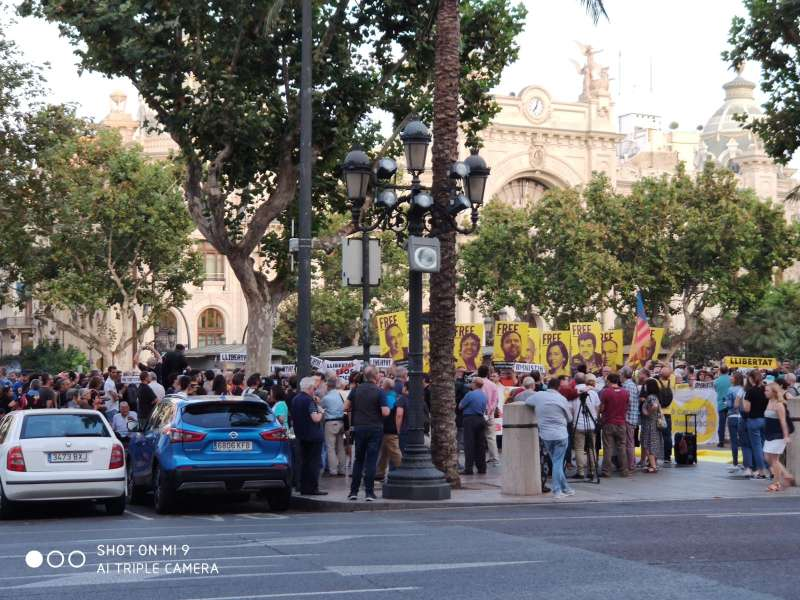 Manifestación en la plaza del Ayuntamiento de València. EPDA