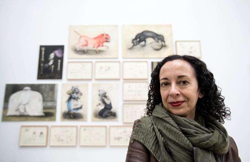 La dibujante valenciana Ana Juan, Premio Nacional de Ilustración, posa ante algunas de sus obras. EFE/Archivo