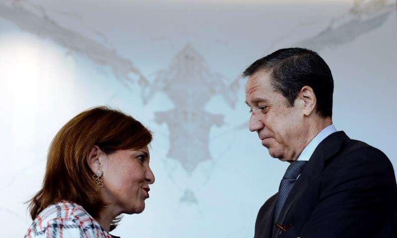 El expesident de la Generalitat, Eduardo Zaplana, conversa con la presidenta del PPCV, Isabel Bonig. EFE/Archivo